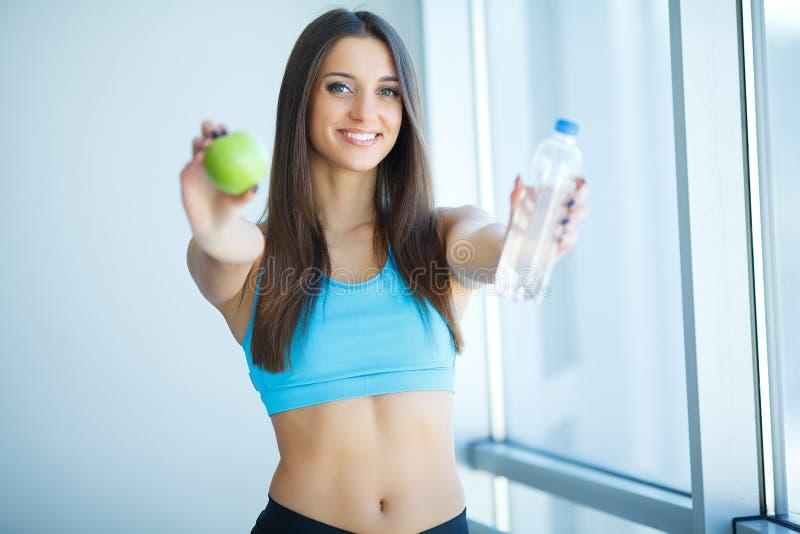 Здоровый уклад жизни Счастливая женщина с стеклом воды пить излечите стоковые фото