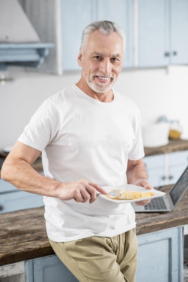 Здоровый человек идя насладиться его едой стоковые изображения rf