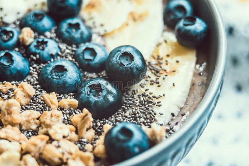 Здоровый шар smoothie ягоды завтрака покрыл с бананом, granola, голубиками и семенами chia с космосом экземпляра стоковые изображения rf