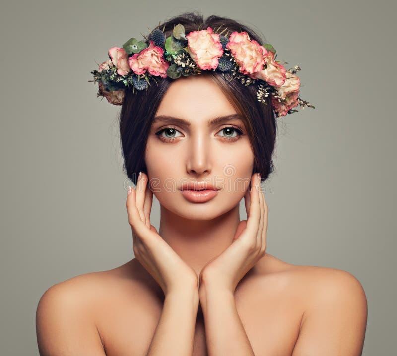 здоровье весны skincare релаксации красотки Молодая женщина с здоровой кожей стоковая фотография