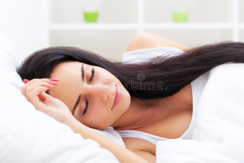 здоровье внимательности рукояток изолировало запаздывания Крупный план красивой больной женщины с головной болью, болячки стоковое изображение
