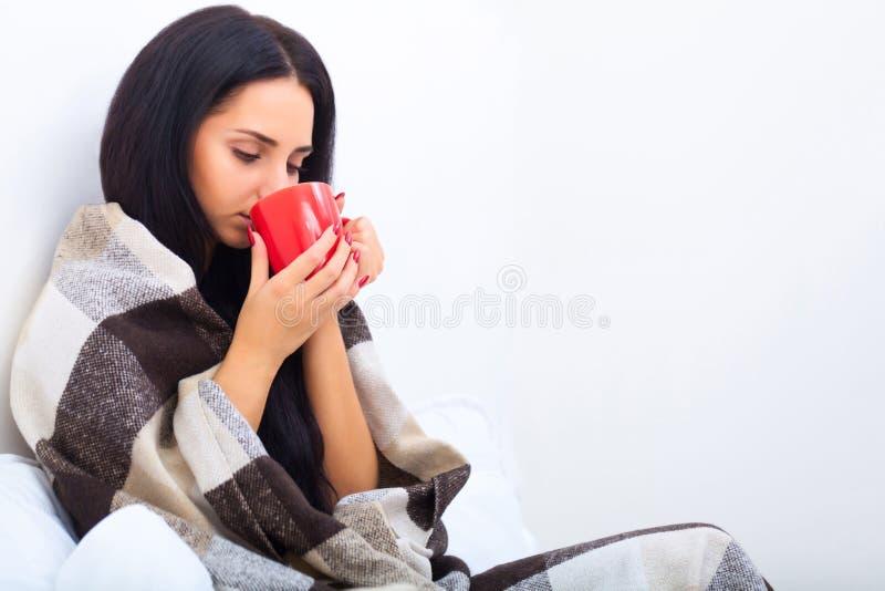 здоровье внимательности рукояток изолировало запаздывания Крупный план красивой больной женщины с головной болью, болячки стоковые изображения