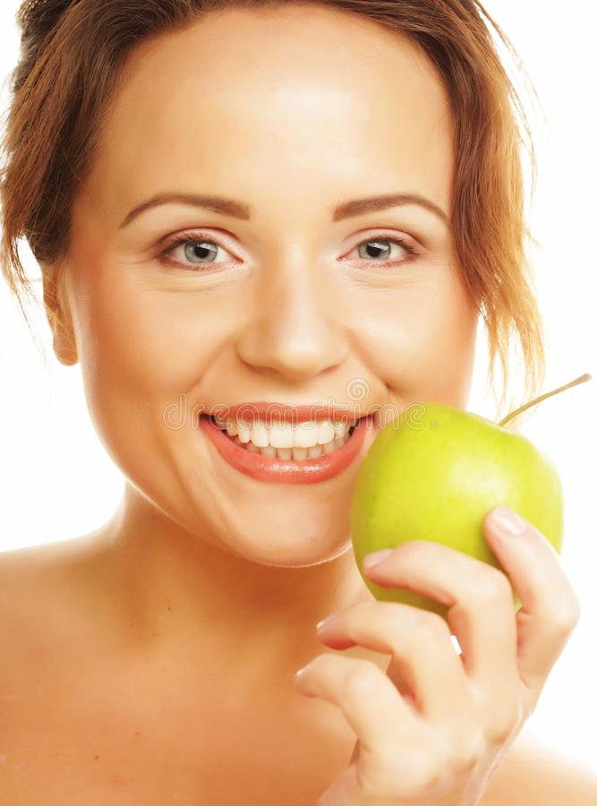 Здоровье, диета и концепция людей: молодая женщина держа зеленое яблоко над белой предпосылкой стоковое изображение rf