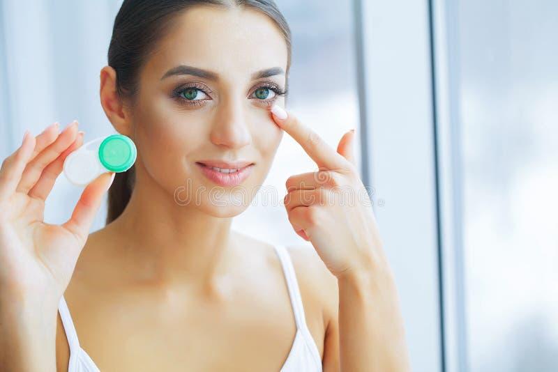 Здоровье и медицина Красивая молодая женщина с улыбкой Holdin стоковая фотография
