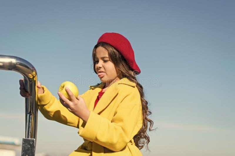 Здоровье и питание детей Здоровые snacking преимущества Закуска между обедом и обедающим Иметь закуску Хорошее питание стоковые изображения rf