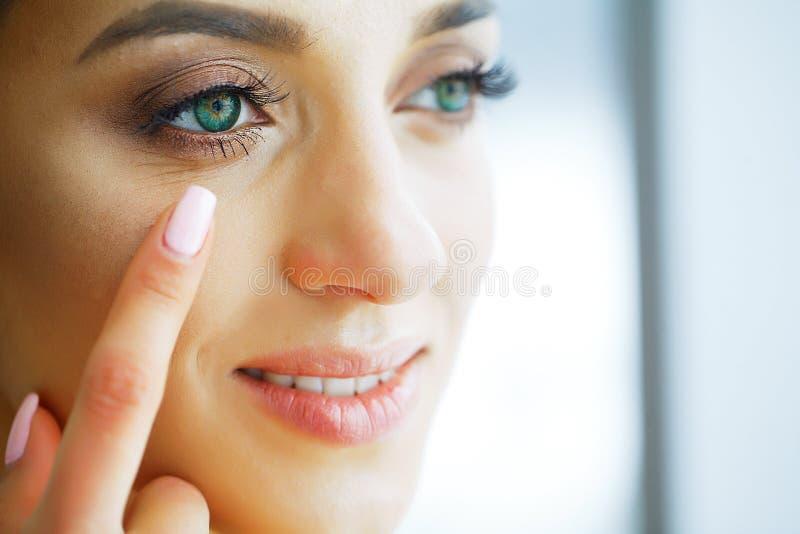 здоровье Маленькая девочка держит контактные линзы в руках Портрет красивой женщины с зелеными глазами и контактными линзами стоковое фото rf