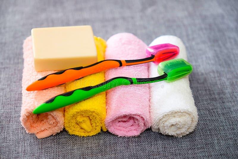 здоровье чистоты предпосылки изолировало белизну полотенца мыла pledge Аксессуары ливня Детали гигиены стоковое изображение rf