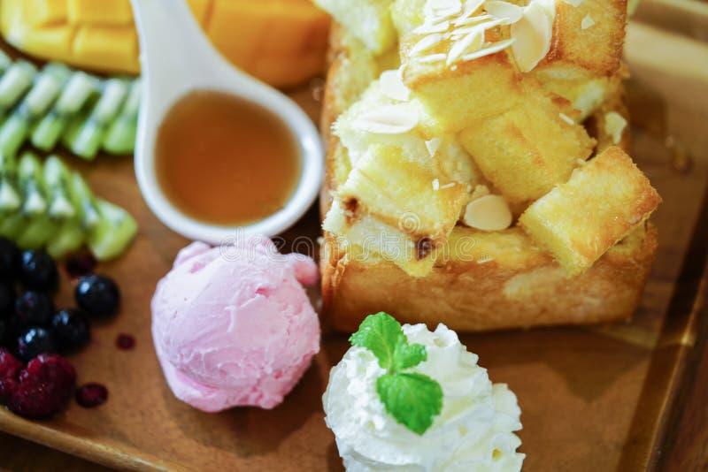 Здравица и мороженое меда с смешанными плодоовощ и карамелькой стоковые изображения