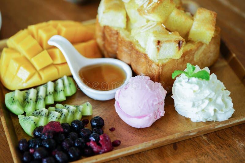 Здравица и мороженое меда с смешанными плодоовощ и карамелькой стоковая фотография rf