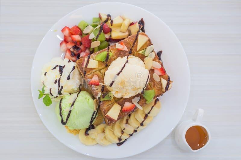 здравица и мороженое меда с смешанным плодоовощ на хлебе стоковое изображение