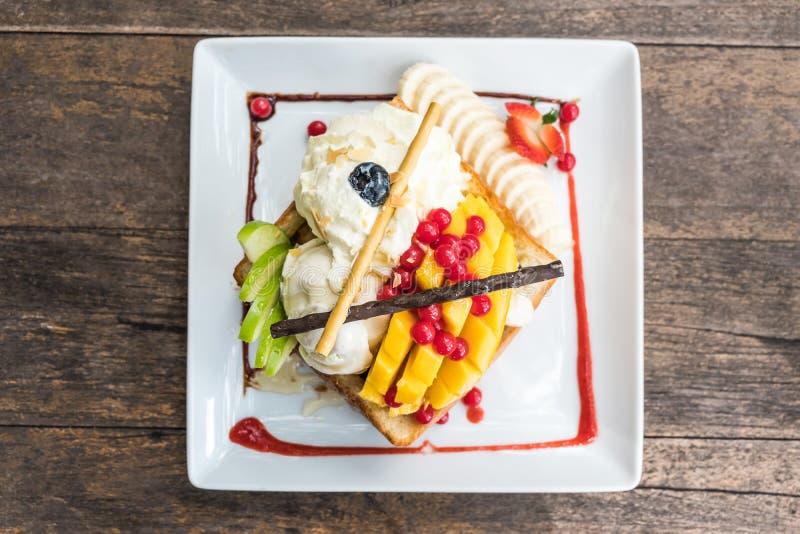 Здравица меда с ванильным мороженым, манго, яблоком стоковая фотография