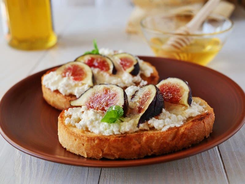 Здравица Bruschetta покрытая с козий сыром и смоквами стоковые фото