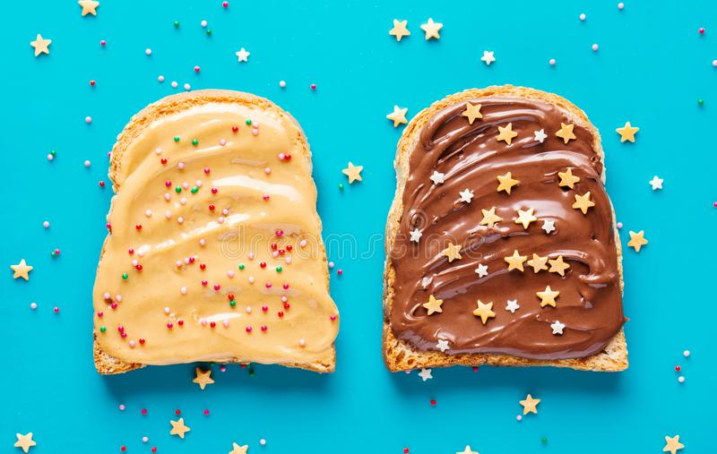 Здравицы с маслом арахиса и шоколада стоковая фотография rf