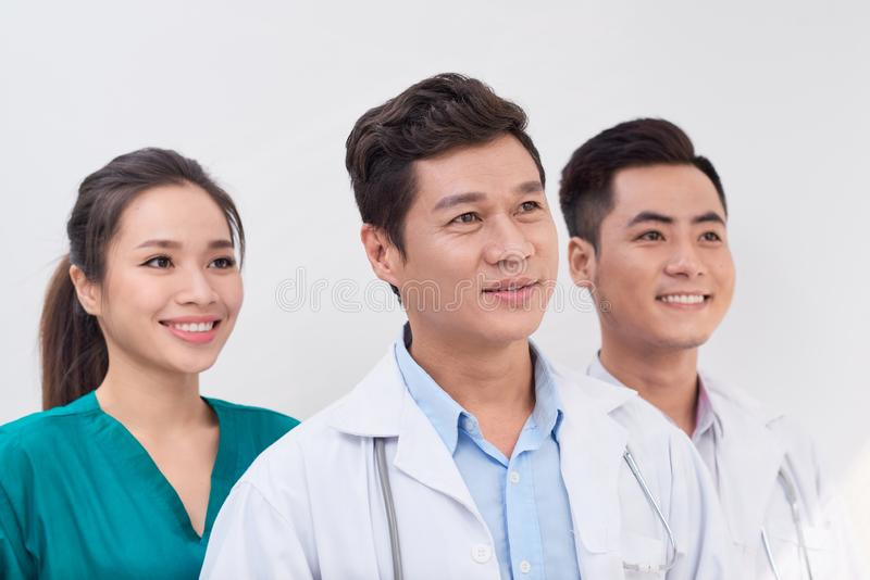 Здравоохранение, больница и медицинская концепция - молодые команда или группа в составе доктора стоковые фотографии rf