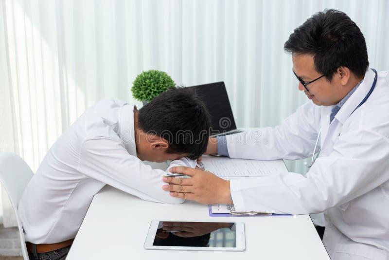Здравоохранение и медицинская концепция, попытка доктора к утешать после объясняют симптомы и медицинское лечение пациенту в боль стоковые изображения