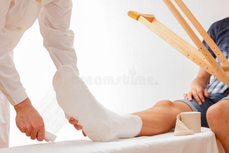 Здравоохранение сломанной ноги доктора, человек стоковые изображения
