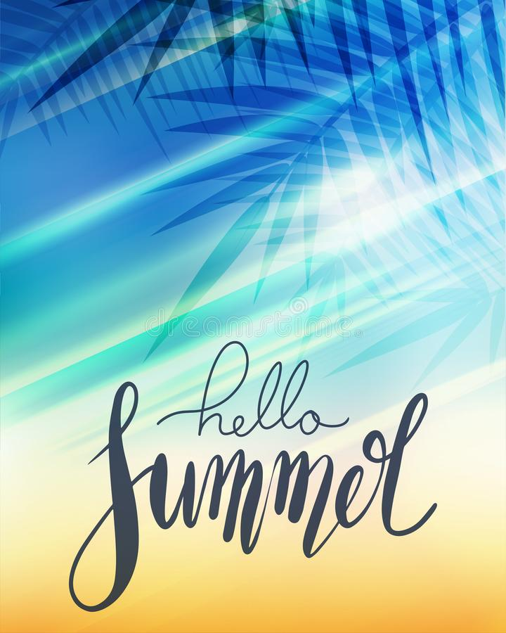 Здравствуйте лето, рукописная литерность с ветвью ладони, лучами солнца на запачканной предпосылке пляжа Положительный плакат для иллюстрация вектора