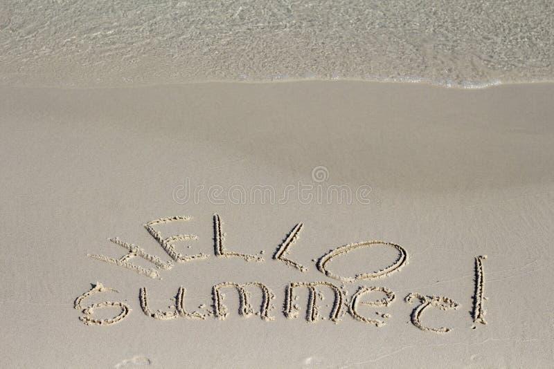 Здравствуйте надпись лета на предпосылке пляжа песка Солнечное сообщение песка пляжа с волной моря стоковые фото