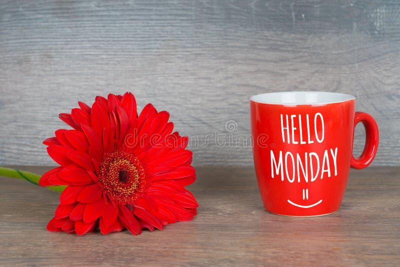 Здравствуйте понедельник, мотивационная карта с красной кофейной чашкой стоковые изображения rf