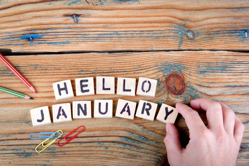 Здравствуйте! январь Деревянные письма на столе офиса стоковые изображения rf