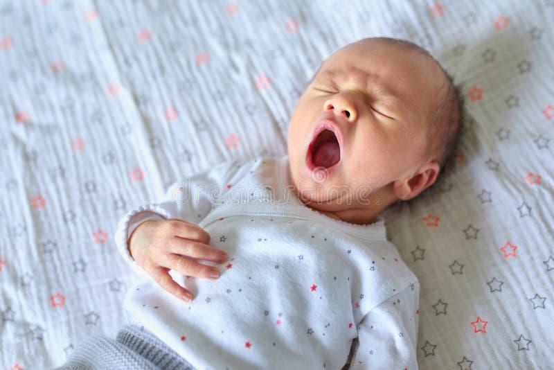зевать ребёнка newborn стоковые изображения