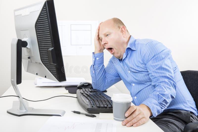Зевая и утомленный бизнесмен стоковая фотография