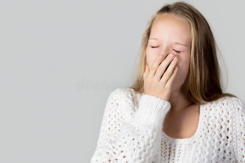 Зевая сонная девушка стоковые изображения rf