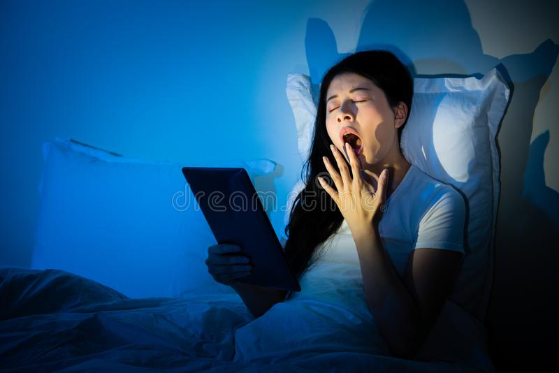 Зевок женщины используя руку для того чтобы покрыть рот стоковые фотографии rf