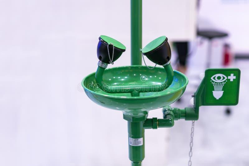 Зеленая аварийная станция стирки глаза стоковая фотография