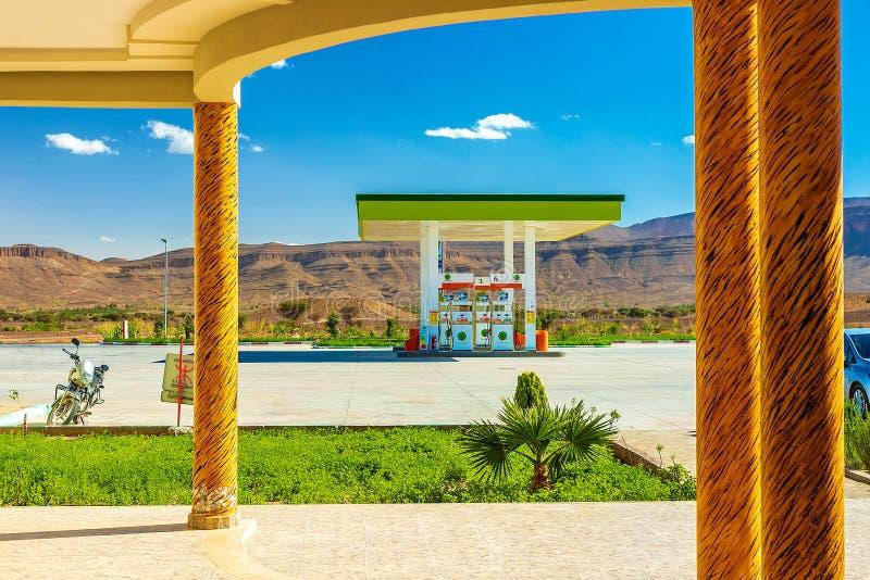 Зеленая бензоколонка в засушливых районах, в пустыне стоковое фото