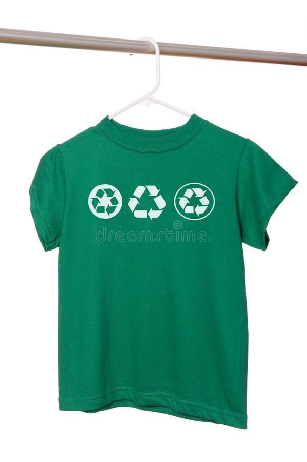 зеленая вешалка рециркулирует рубашку t стоковое изображение rf