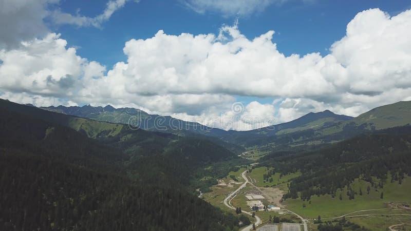 Зеленая гора покрытая облачным небом Взгляд сверху зеленых высоких гор стоковые изображения rf