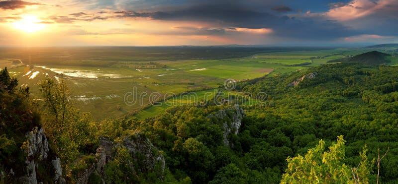 Зеленая гора пущи на заходе солнца с штормом стоковые изображения