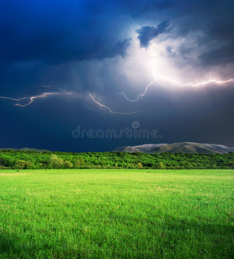 зеленая гроза лужка Стоковое Изображение RF