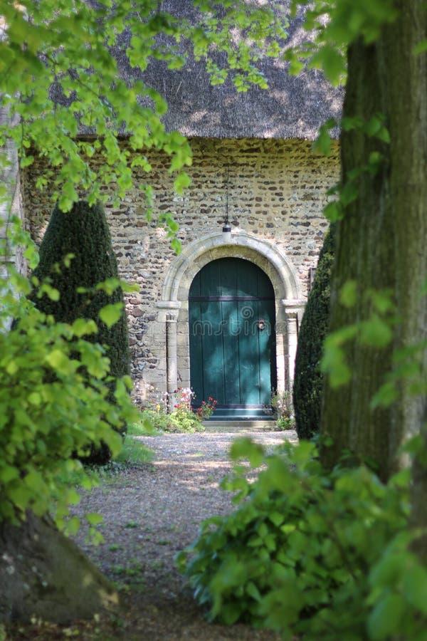 Зеленая дверь на церков стоковая фотография