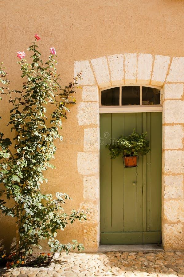Зеленая дверь Святой Джин de Коул франция стоковое изображение