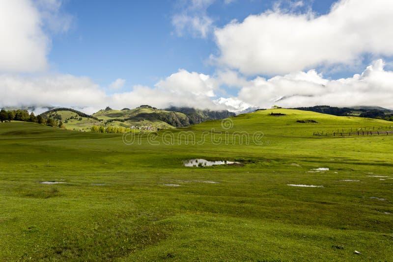 Зеленая долина с горным селом Omalo в горах Кавказ Грузия, Tusheti стоковая фотография rf