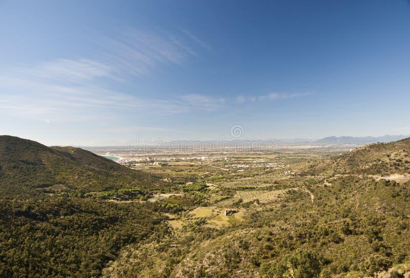 Download зеленая долина стоковое изображение. изображение насчитывающей hilltop - 18386903
