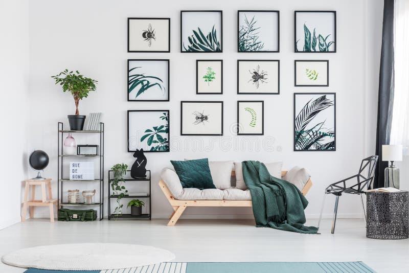 Зеленая живущая комната с софой стоковая фотография