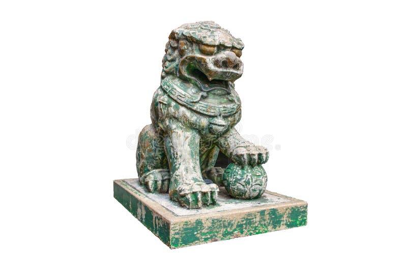 Зеленая каменная старая китайская статуя льва попечителя изолированная на белой предпосылке стоковые изображения