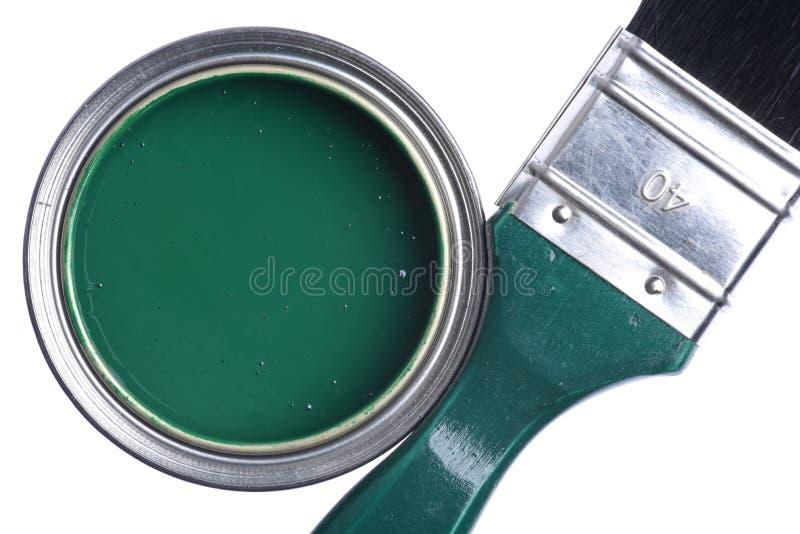 Зеленая консервная банка краски с щеткой изолированной на белизне стоковые изображения rf