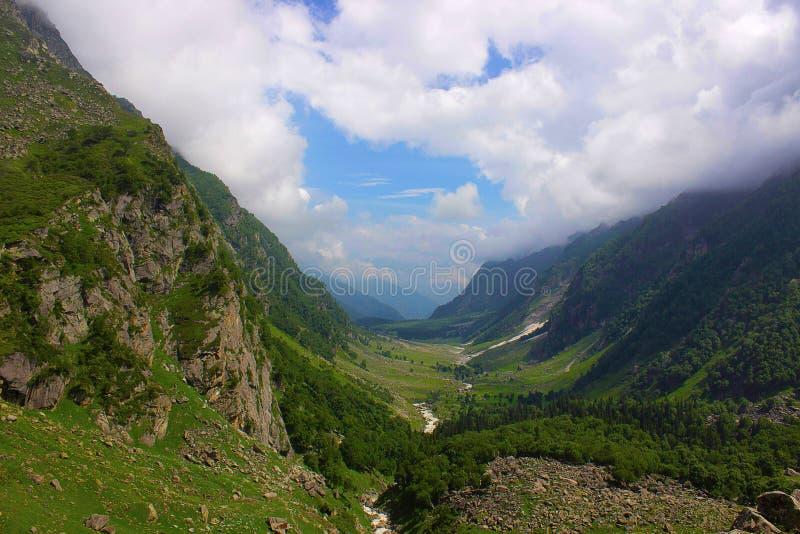 Зеленая красивая долина вдоль Kara с рекой 3560 метров Himachal Pradesh стоковое фото