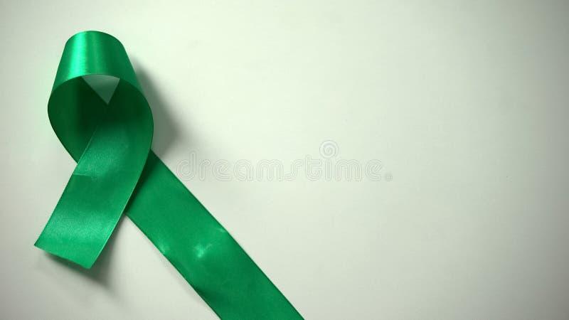 Зеленая лента на таблице, дне психических здоровий мира, информационной кампании, допуске стоковые изображения