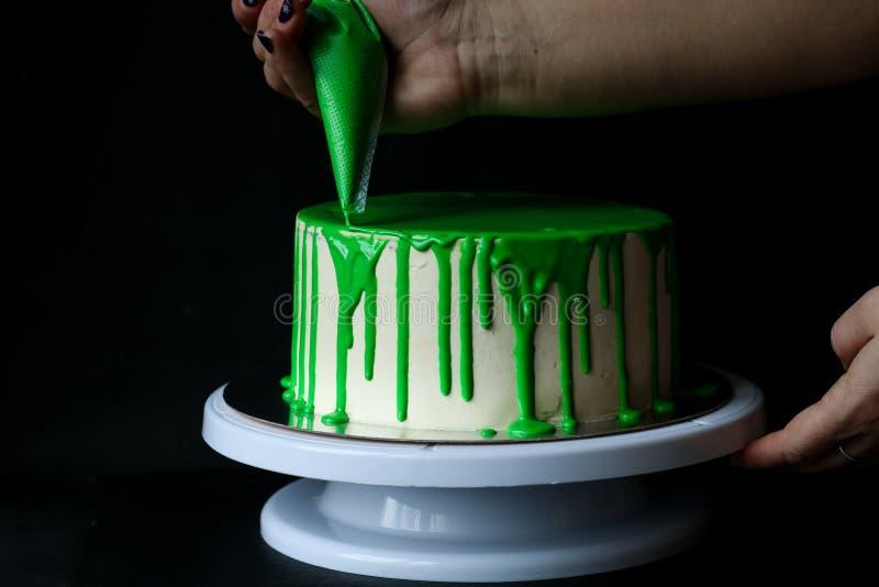 Зеленая полива льет на торте стоковые фотографии rf