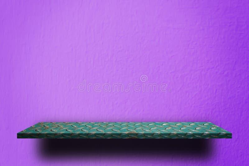 Зеленая полка металла на фиолетовой стене стоковые фото