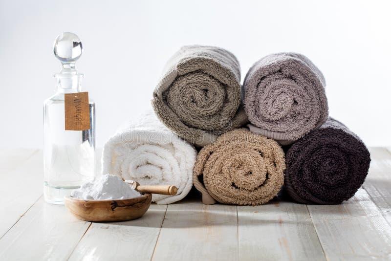 Зеленая прачечная домоустройства и чистки с уксусом и пищевой содой стоковая фотография rf