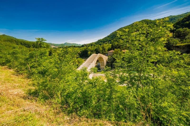 Зеленая сельская местность вокруг старого моста стоковые фотографии rf