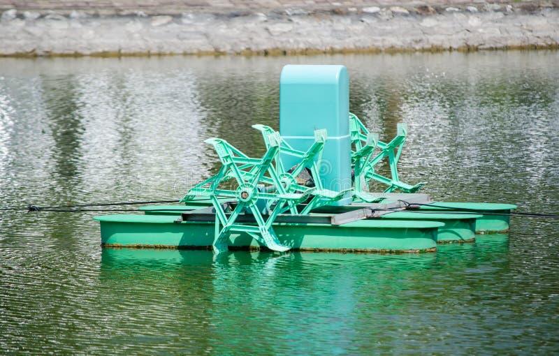 Зеленая система газировки воды фермы для внешнего пруда сельского хозяйства рыб или креветки когда оно деятельность стопа стоковое изображение