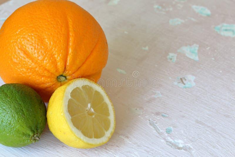 Зеленая сочная известка, оранжевый и половинный лимон стоковое изображение rf
