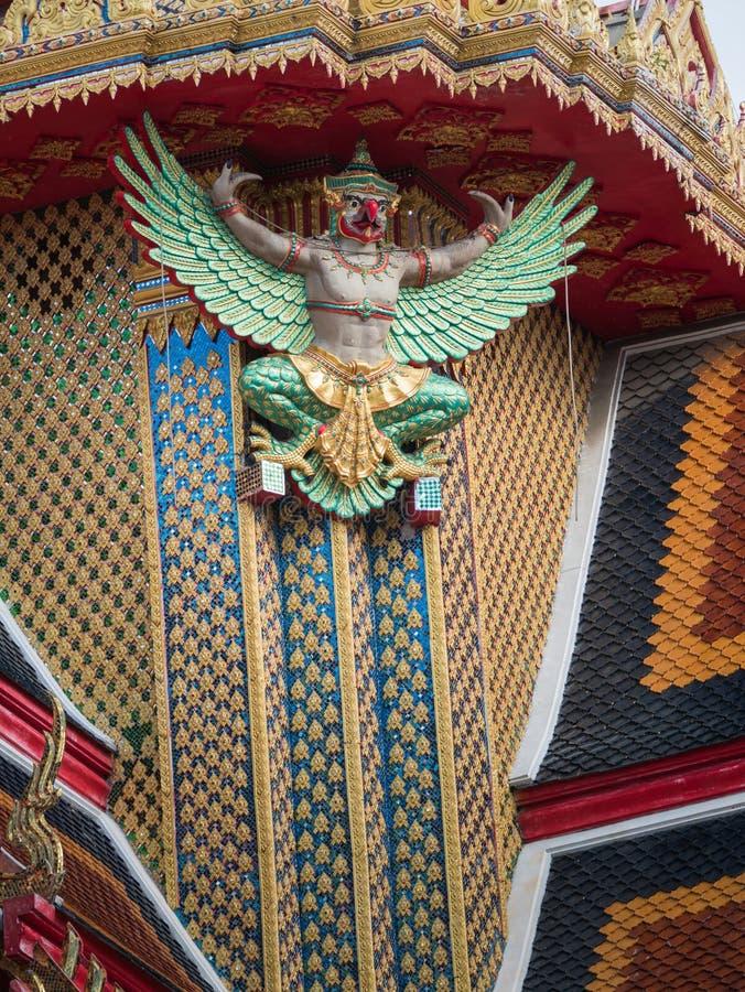 Зеленая статуя Garuda на церков стоковые фото